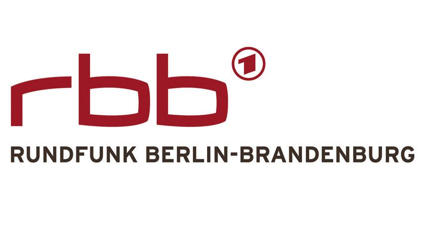 """RUNDFUNK BERLIN-BRANDENBURG Das Logo des Rundfunk Berlin-Brandenburg Ein Logo, das eine Brücke schlägt: Seine Buchstaben zitieren die Form von Monitoren und verbinden sich gleichzeitig in einem gedachten Bogen. Rot wie die Landesfarben von Berlin und Brandenburg wirkt es frisch und energiegeladen. Ein zentrales Gestaltungselement des rbb-Designs ist der Bogen. Er steht für Kommunikation und Dynamik und symbolisiert die Verbindung der beiden Regionen Berlin und Brandenburg. Gleichzeitig steht er für die Verbindung des rbb zu seinem Publikum. © rbb, honorarfrei - Verwendung gemäß der AGB im Rahmen einer engen, unternehmensbezogenen Berichterstattung im rbb-Zusammenhang bei Nennung """"Bild: rbb"""" (S1), rbb Presse & Information, Masurenallee 8-14, 14057 Berlin, Tel: 030/97 99 3-12118 oder -12116, pressefoto@rbb-online.de"""